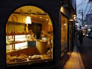 宵の街角のパン屋