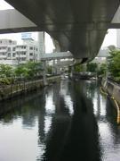 川の上の道路