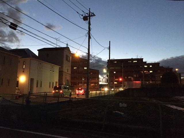 信号と街灯