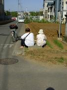 道端に座るおばちゃん2人