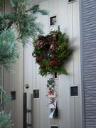 クリスマスリースのかかったドア