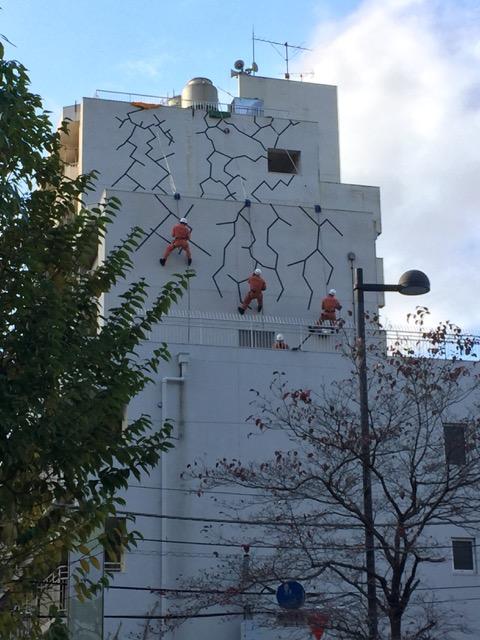 壁を登るレスキュー隊