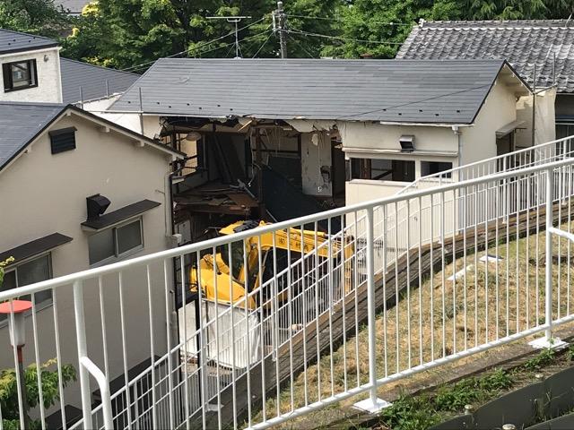 取り壊される家