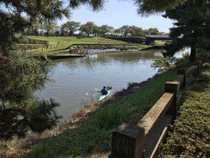 団栗を載せ川下へ舟下り