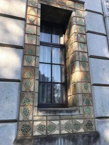 窓からの日差し明るし雛飾る