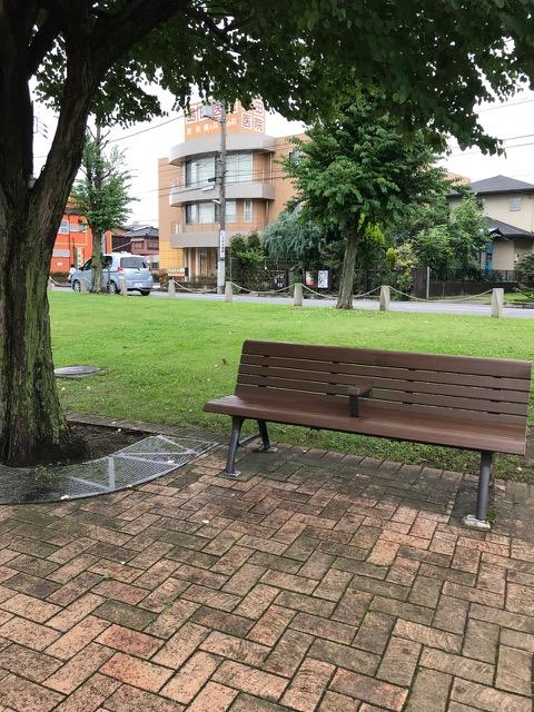 梅雨のベンチ