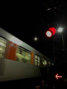 朧夜や夢乗せ電車疾走す