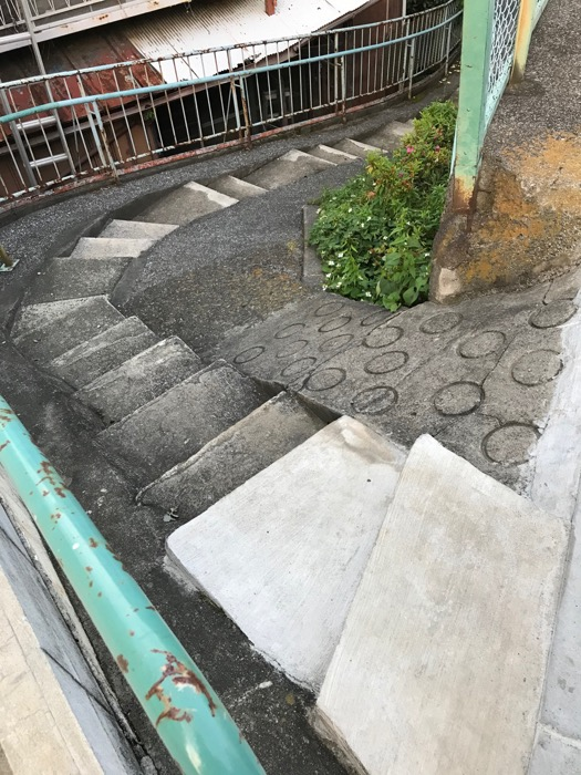 エッシャーの無限階段降りて梅雨