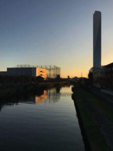 朝来れば運河に変はり冬銀河