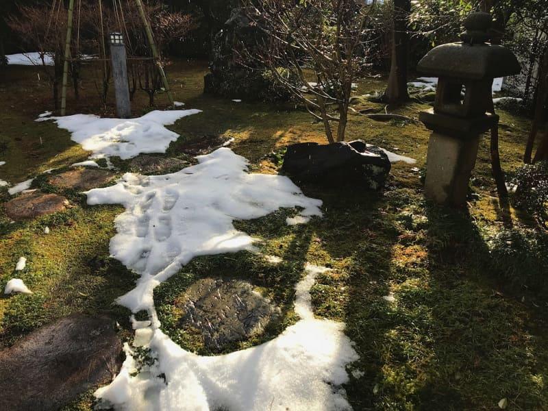 茶室へとつづく足跡名残雪