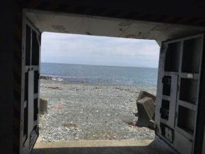 海の日や上陸舟艇なほ浜に