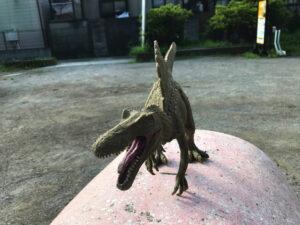 恐竜に追はれ逃げ込む秋の蛇