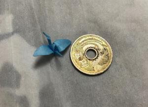 原爆忌オバマの鶴のいと小さし